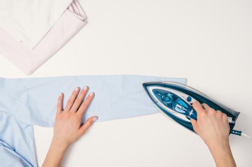 Pour un repassage facile de vos chemises : utilisez vos deux mains